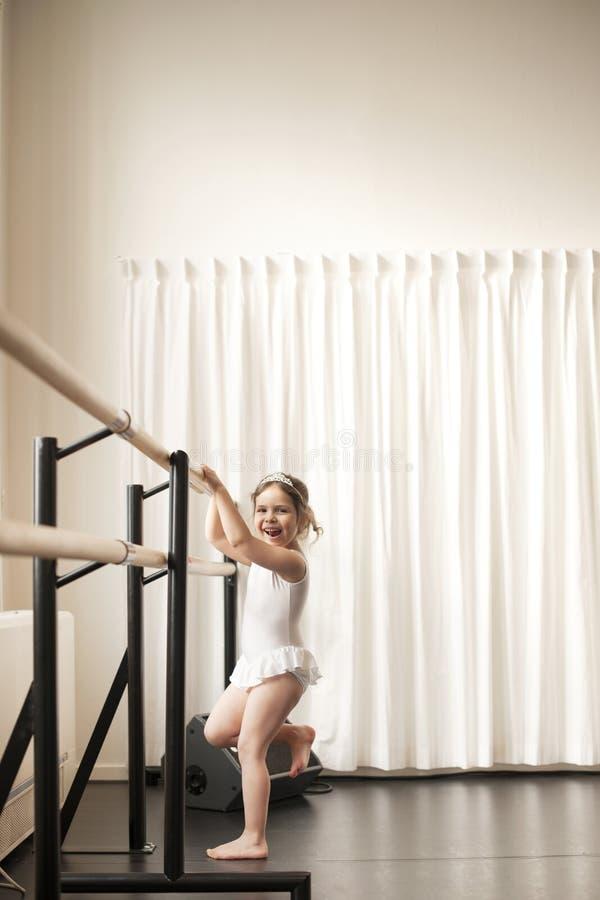 Lite flicka i en balettskola, grupper i klassrumet danskurser Hobbyer och sportar kopiera avstånd arkivbild