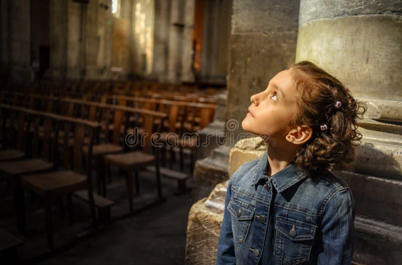 Lite flicka inom av den katolska domkyrkan i Vienne, Frankrike royaltyfria foton