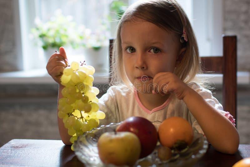 Lite flicka med frukt royaltyfria bilder