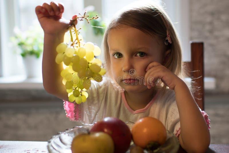 Lite flicka med frukt royaltyfri fotografi
