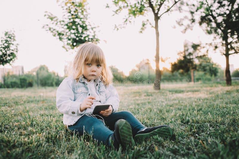 Lite flicka på gräset arkivfoton