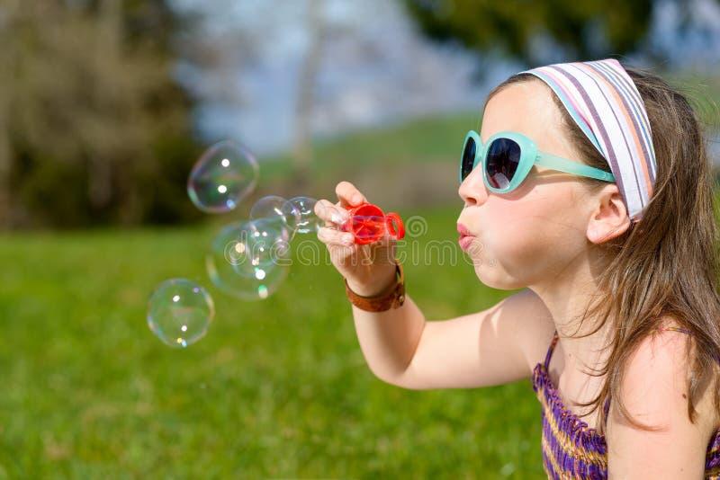Lite flickadanandesåpbubblor royaltyfri fotografi