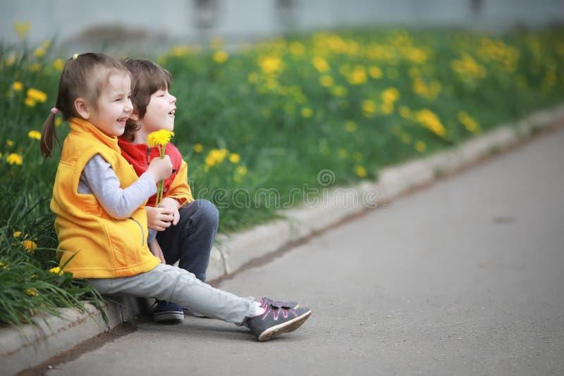 Lite går barnet på en vårdag royaltyfri fotografi