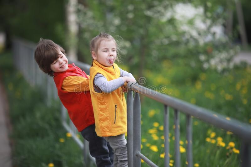 Lite går barnet på en vårdag royaltyfria bilder