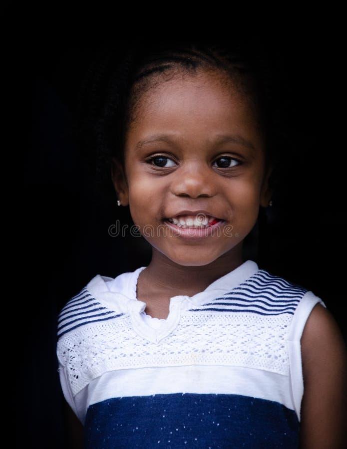 Lite gullig svart flicka från Bahamas royaltyfri bild