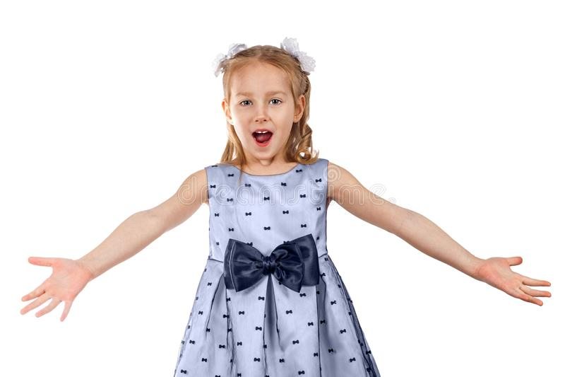 Lite härlig flicka i en klänning med en stor pilbåge fotografering för bildbyråer