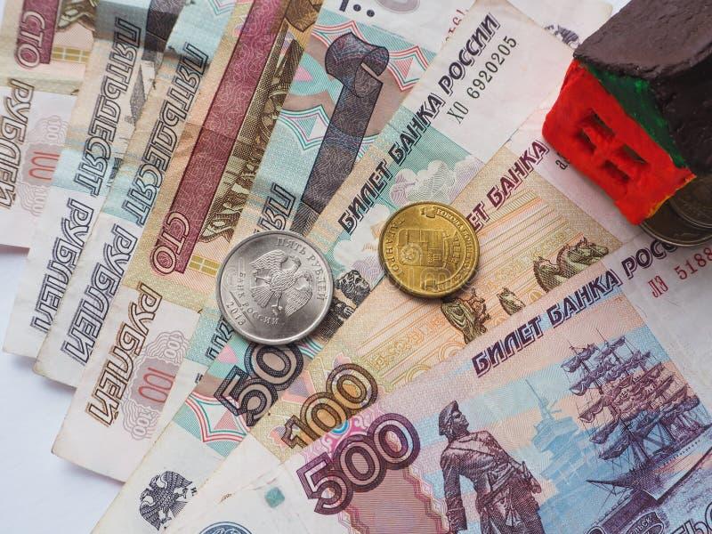 Lite leksakhusbegrepp i de ryska rublen Begreppet av besparingar och ambitioner arkivfoton