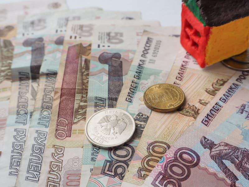 Lite leksakhusbegrepp i de ryska rublen Begreppet av besparingar och ambitioner royaltyfria bilder