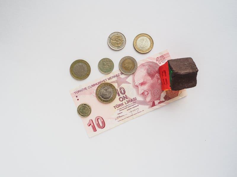 Lite leksakhusbegrepp i den turkiska liraen Begreppet av besparingar och ambitioner arkivfoto