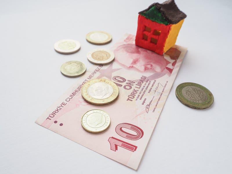 Lite leksakhusbegrepp i den turkiska liraen Begreppet av besparingar och ambitioner arkivbilder