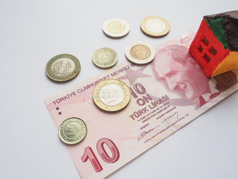 Lite leksakhusbegrepp i den turkiska liraen Begreppet av besparingar och ambitioner fotografering för bildbyråer