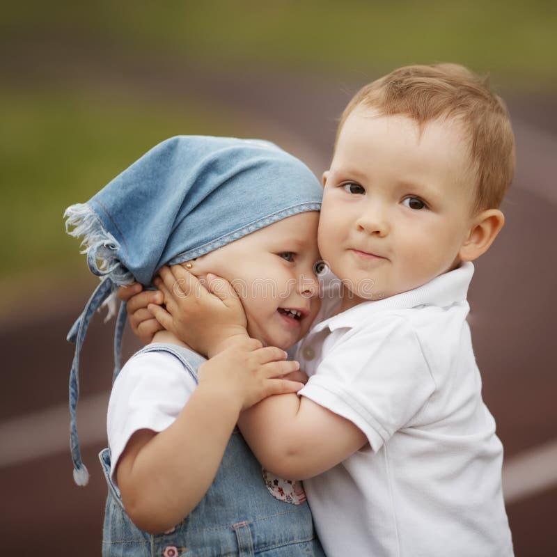 Lite lycklig pojke och flicka arkivfoton