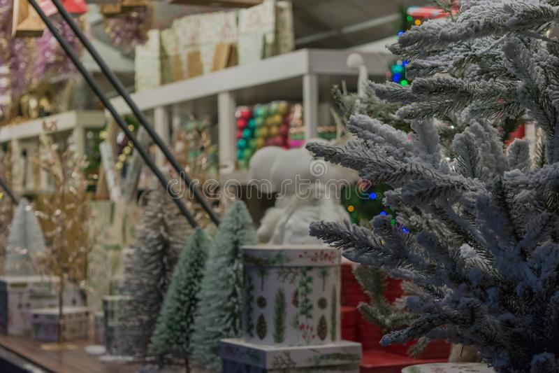 Lite marknadsför detaljen av jul i gatan royaltyfri bild