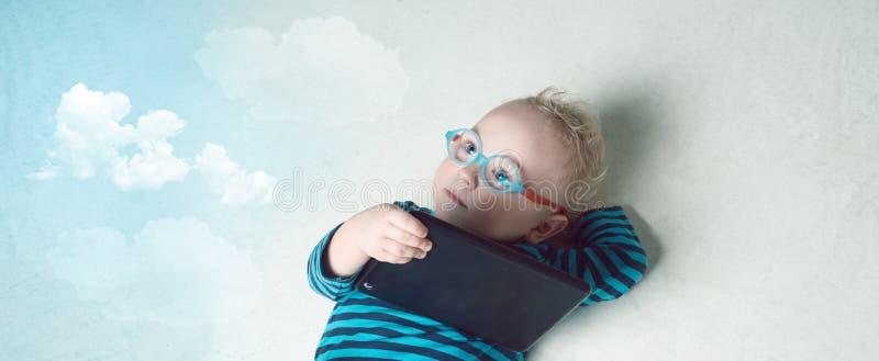 Lite pojke i en dräkt och exponeringsglas arkivbilder