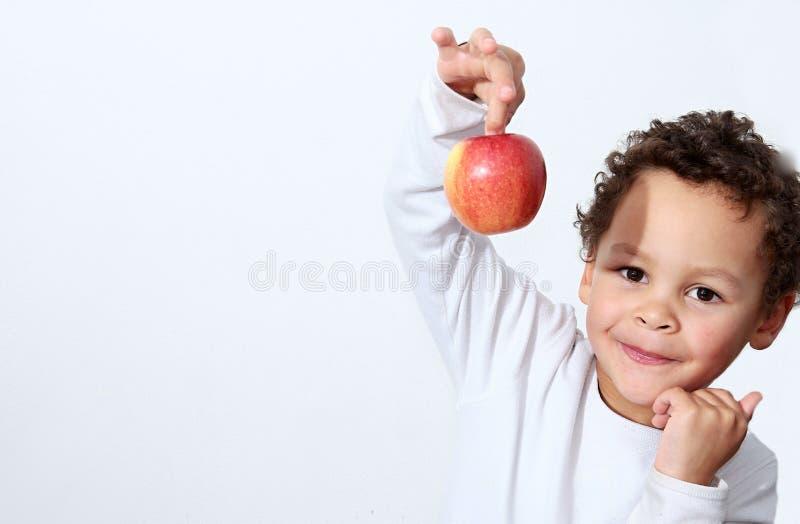 Lite pojke med äpplet royaltyfri foto