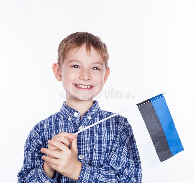 Lite pojke med den estonian flaggan arkivfoto