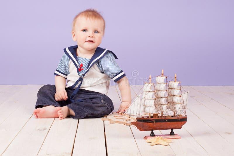 Lite pojke som kläs som en sjömankapten av skeppet royaltyfria foton