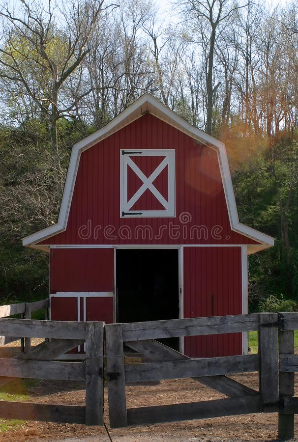 Lite röd ladugård arkivbild