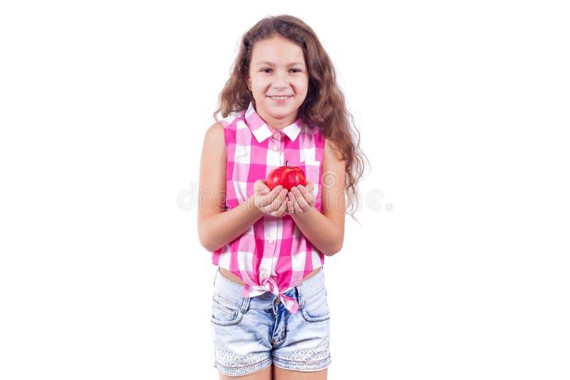 Lite rymmer ler flickan ut ett äpple och arkivbilder