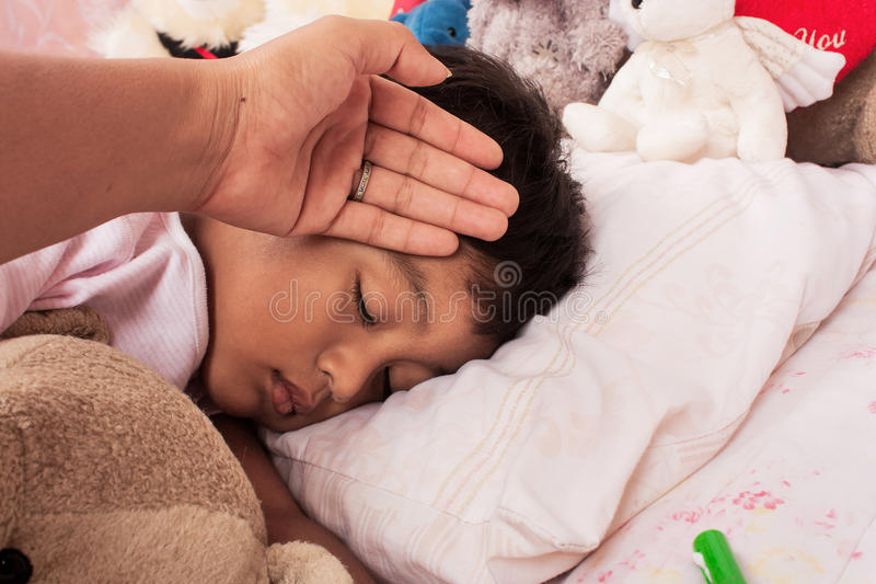 Lite sjuk asiatisk pojke fotografering för bildbyråer