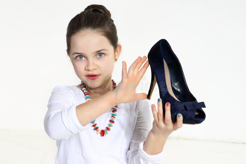 Lite skor fashionistainnehav arkivbild