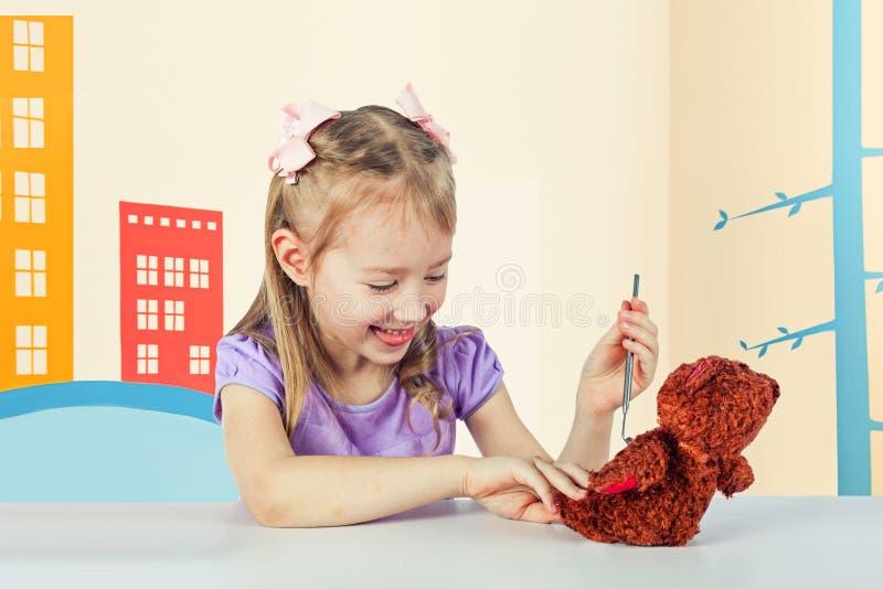 Lite spelar flickan i sjukhuset arkivbild