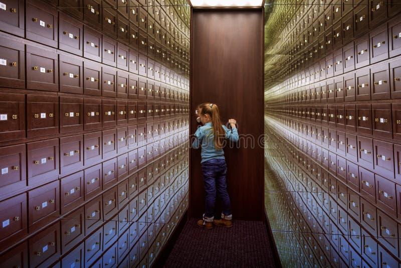 Lite står flickan i rummet av illusioner Det säkra rummet är ettfärgat rum av illusioner Ett rum av illusioner spegel royaltyfria bilder