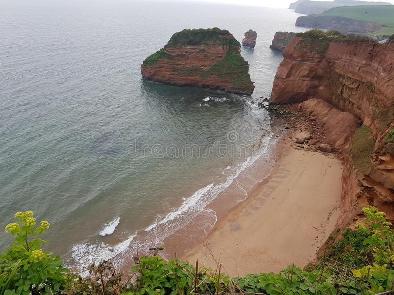 Lite strand som är trevlig med sand royaltyfri fotografi