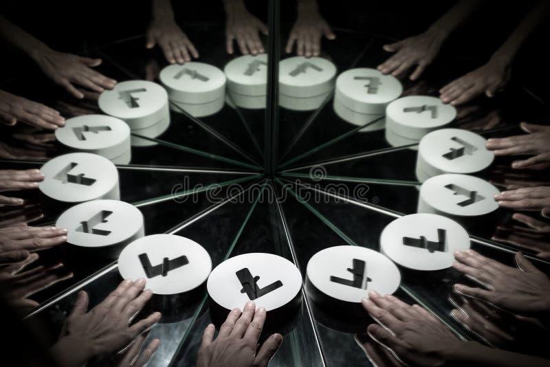 Litecoin隐藏货币符号在镜子和报道在烟 库存图片