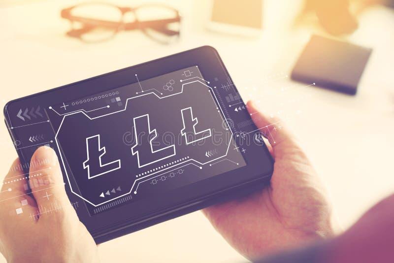 Litecoin avec une tablette photo stock