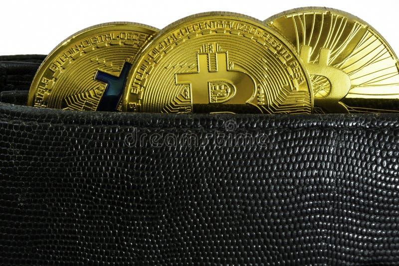 Litecoin, bitcoin en ethereum liggen in de zwarte close-up van de leerportefeuille stock afbeelding