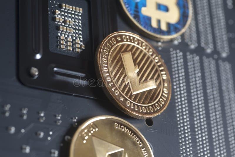 Litecoin de oro, Bitcoin, Ethereum en cryptocu digital de la placa madre imágenes de archivo libres de regalías