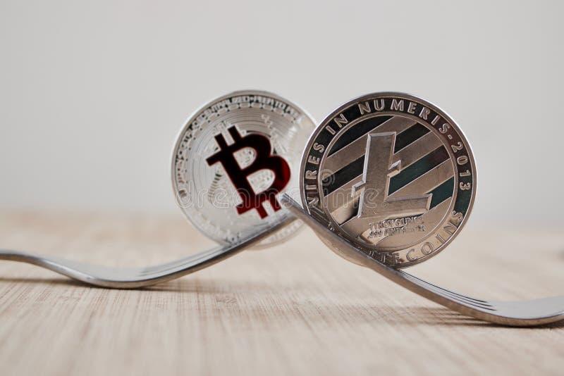 Litecoin e bitcoin d'argento fotografia stock libera da diritti