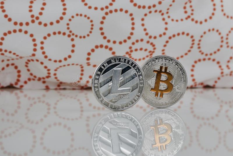 Litecoin e bitcoin d'argento immagine stock libera da diritti