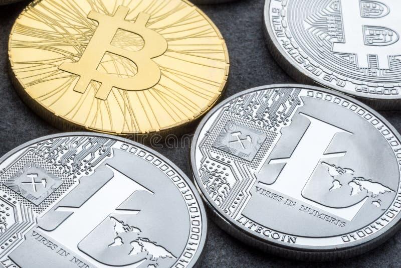 Litecoin en Bitcoin over leeuwerikachtergrond cryptocurrency Handelconcept stock afbeelding
