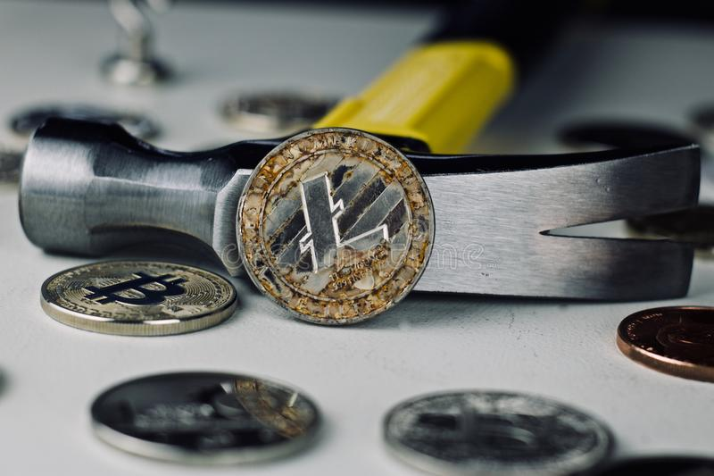 Litecoin młot i moneta zdjęcia stock