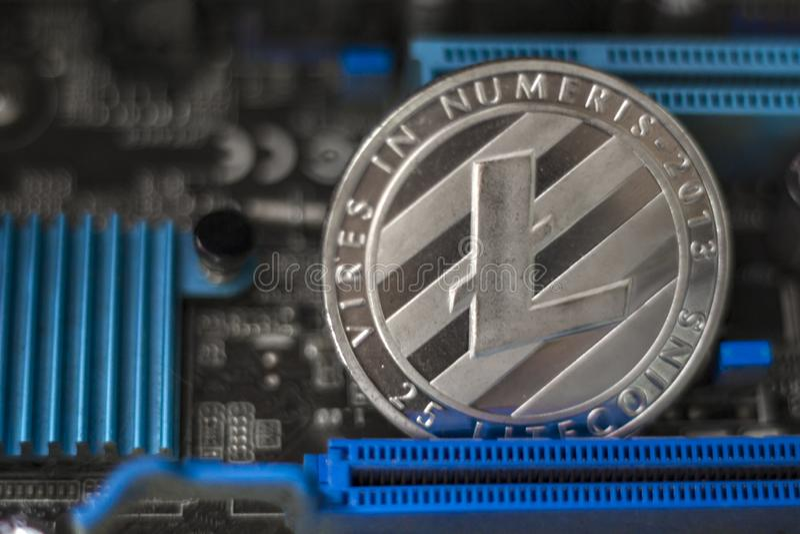 Litecoin na elektronicznego komputeru procesoru desce zdjęcie royalty free