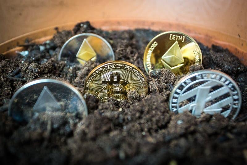 Litecoin y etherium simbólicos del bitcoin en suelo fotografía de archivo