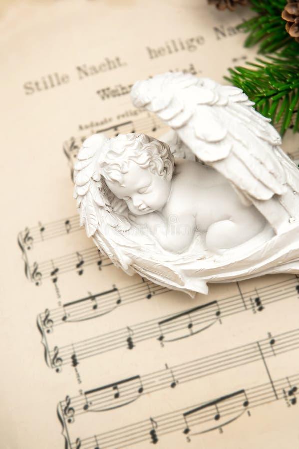 Liten älskvärd sova ängel med julgarnering arkivbilder