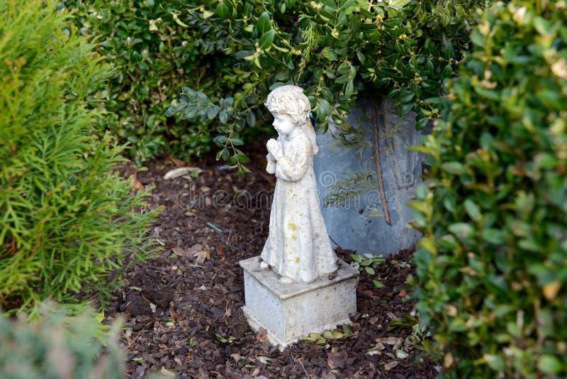 Liten ängel på grav royaltyfri foto