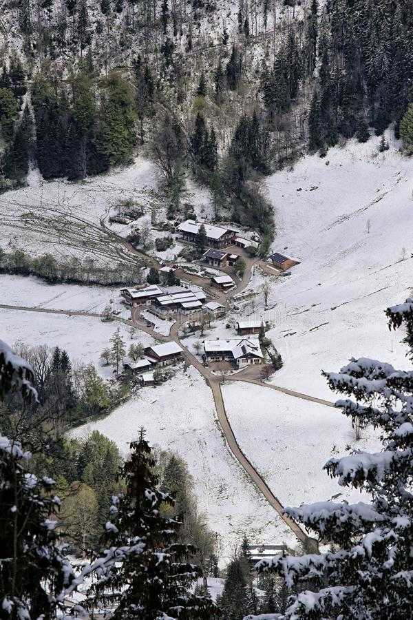 Liten alpin by med få hus från över arkivbilder