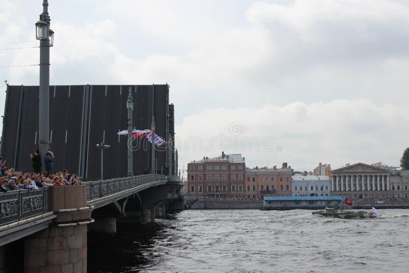 Liten amfibisk krigsskepp i vattnet av Neva River på dagen av berömmen av marinen av Ryssland arkivfoto