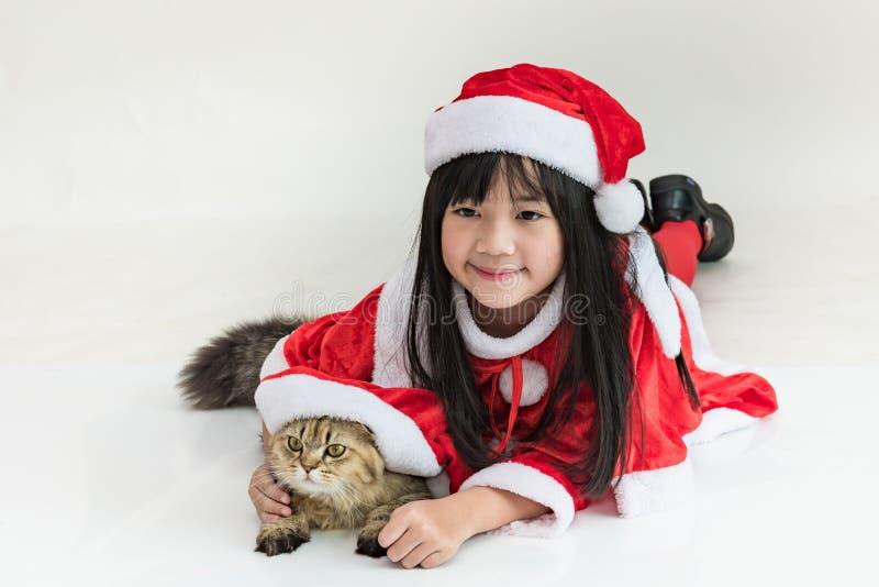 Liten asiatisk flicka i jul arkivbild