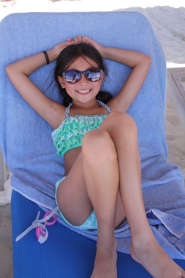 Liten asiatisk flicka på stranden royaltyfri foto
