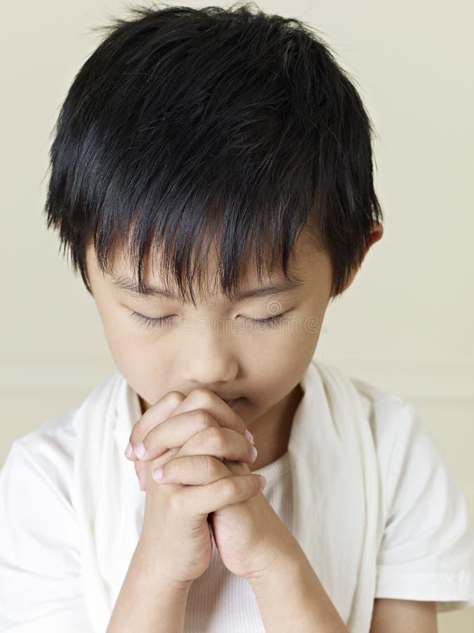 Liten asiatisk pojke royaltyfria foton