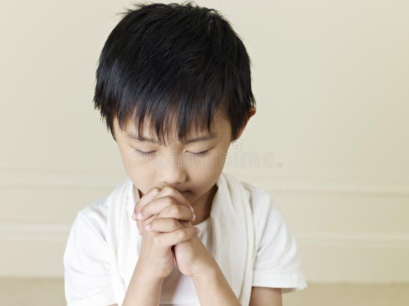Liten asiatisk pojke arkivbild