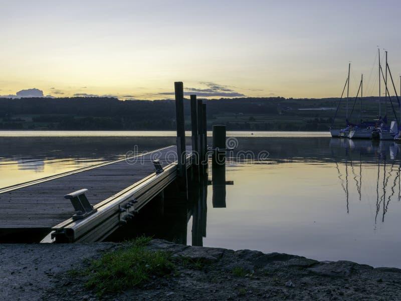 Liten båt tidigt på morgonen före soluppgången royaltyfria foton