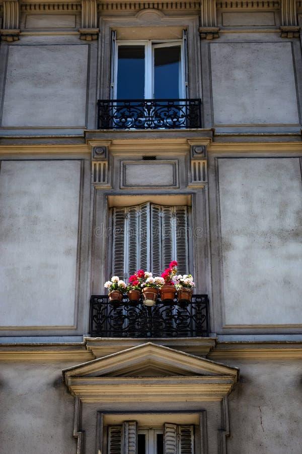 Liten balkong med blomkrukor i Paris arkivfoton