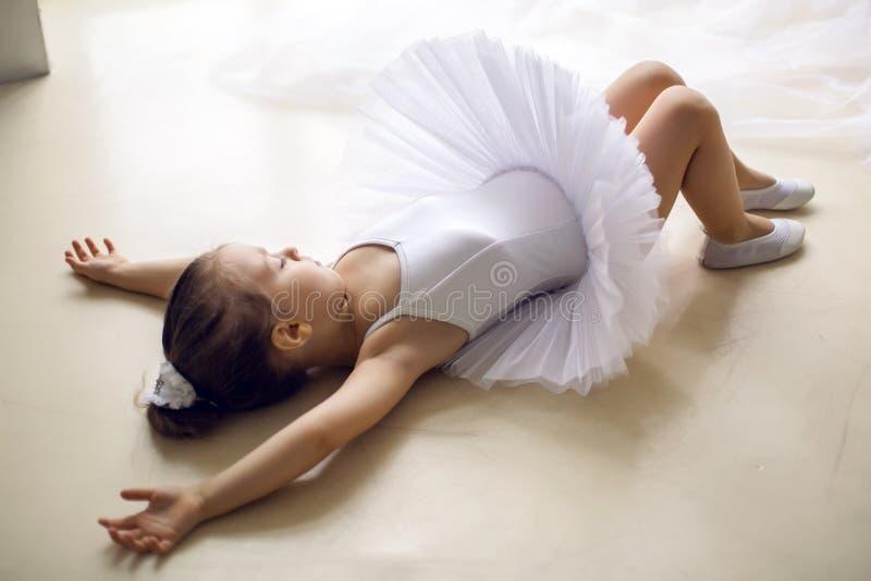 Liten ballerinaflicka 2 år i studion royaltyfria bilder