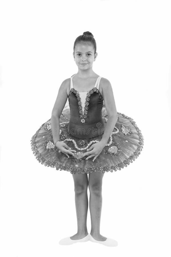 Liten ballerinaflicka i blå ballerinakjol Förtjusande barn i position för klassisk balett Dans för litet barn, läkarundersökning arkivfoto